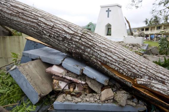 Un arbre s'est écrasé sur les pierres tombales à Camp Perrin, dans le district des Cayes. (AP, Dieu Nalio Chery)
