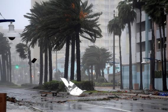 Des débris volent dans les airs alors que l'ouragan <em>Matthew</em> s'approche de Daytona Beach, en Floride, le 7octobre. (PHOTO PHELAN EBENHACK, REUTERS)