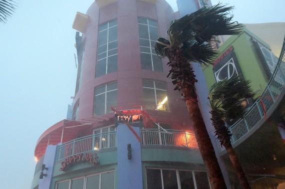 De forts vents s'abattent sur l'auvent d'un restaurant de Daytona Beach, en Floride, le 7octobre. (Photo Phelan Ebenhack, REUTERS)