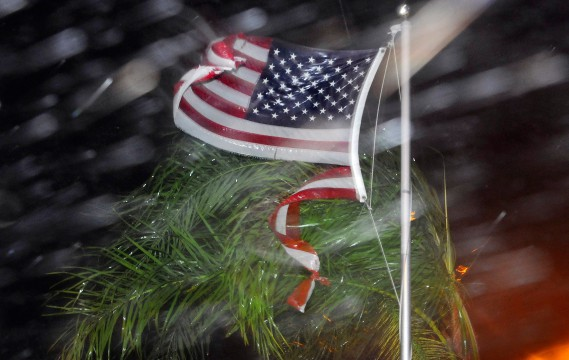 Un drapeau américain a été abîmé par les fortes pluies et vents violents provoqués par l'ouragan <em>Matthew</em>, le 7octobre à Cape Canaveral, en Floride. (Photo Craig Rubadoux/AP, Florida Today)