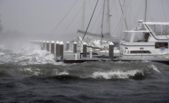 L'ouragan <em>Matthew</em> a créé de fortes vagues qui ont remué des bateaux mouillés au quai St. Augustine, en Floride, le 7octobre. (Photo John Bazemore.AP)