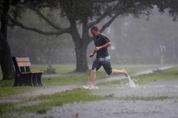 Austin Massett court dans une zone de St. Augustine menacée par des inondations, le 7octobre. (Photo John Bazemore, AP)