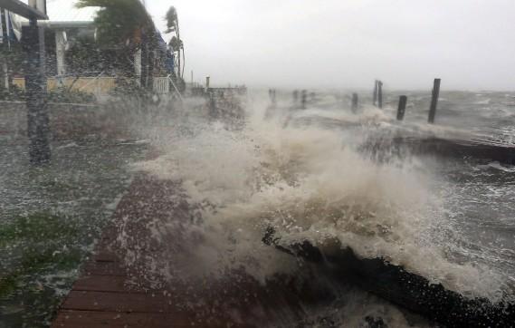 Des vagues du fleuve Banana frappent le quai du restaurant Sunset Grill à Cocoa Beach, en Floride, le 7octobre. (Photo Red Huber, AP/Orlando Sentinel)
