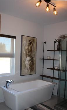 L'étagère de la salle de bains du rez-de-chaussée est remarquable. Cette réalisation d'Ébénisterie Pro MS Ingénierie est faite de bois cuit et de tuyaux de plomberie. (Mélissa Bradette)