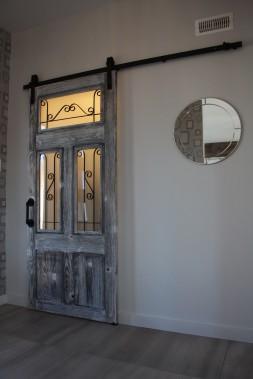 La porte de la garde-robe d'entrée est une conception sur-mesure d'Ébénisterie Pro MS Ingénierie. (Mélissa Bradette)