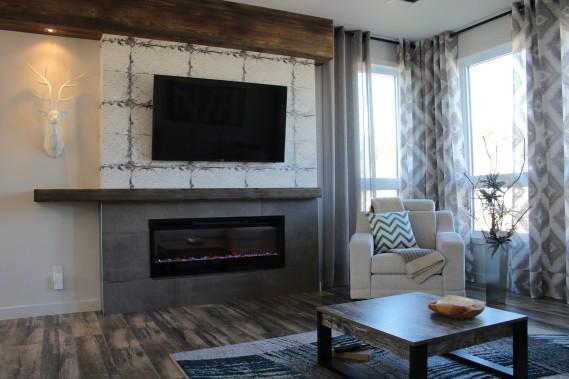 L'effet céramique ancienne et la poutre en bois du manteau de foyer confèrent à ce dernier un style distinctif. (Mélissa Bradette)