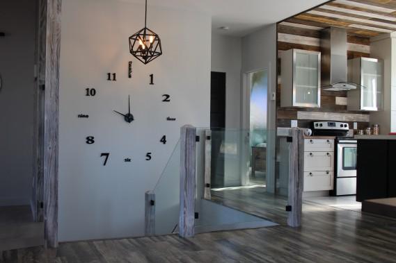 L'horloge de la cage d'escalier se veut un rappel au thème conducteur de la déco : le temps qui passe. (Mélissa Bradette)