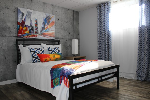 La chambre du sous-sol arbore un look résolument urbain avec sa toile illustrant Time Square et la murale imprimée «effet béton». (Mélissa Bradette)