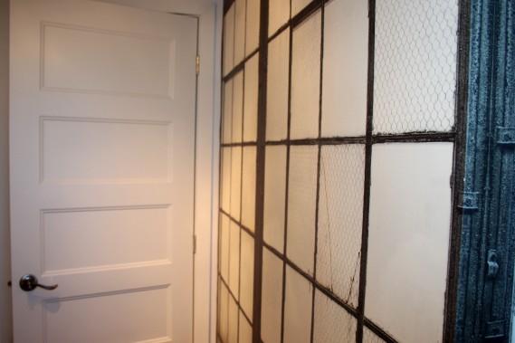Le papier peint de la salle de bains du sous-sol rappelle le grillage industriel. (Mélissa Bradette)