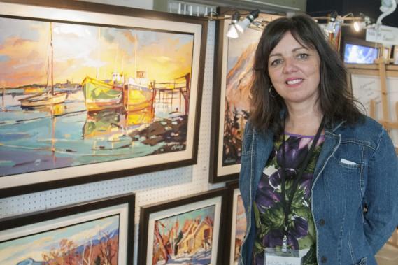Présidente d'honneur du symposium provincial des Villages en couleurs, Christine Nadeau est émerveillée par la beauté du paysage dans le Bas-Saguenay. Même lorsqu'elle circule entre les salles d'exposition de L'Anse-Saint-Jean et Petit-Saguenay, les montagnes couvertes de feuillus captent son attention, ce qui l'incite parfois à réaliser des photographies. Un jour, peut-être, elles se mueront en tableaux. (Photo Le Quotidien, Michel Tremblay)