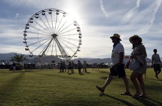 Des festivaliers parcourent le site du Desert Trip, qui rassemble pour deux fins de semaines les légendes du rockPaul McCartney, Roger Waters, The Who, Bob Dylan, Neil Young et lesRolling Stones. (Chris Pizzello/Invision/AP)