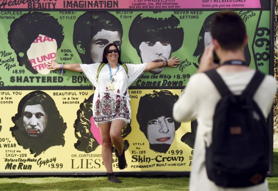 Kerry Kirschman de Littleton, au Colorado, est photographiée par son fils Ethan devant une grande affiche de l'album <em>Some Girls</em> des Rolling Stones. (AP, Chris Pizzello)