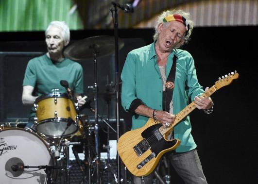 Le guitariste des Stones, Keith Richards, avec le batteurCharlie Watts à l'arrière, lors de la performance du groupe vendredi. (AP, Chris Pizzello)