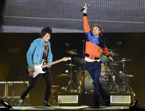 Au premier soir du festival, vendredi, les Stones ont créé la surprise en rendant hommage à leurs rivaux supposés, les Beatles. (AP, Chris Pizzello)
