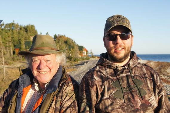 Le père, André Beaupré et le fils, Jean-François Beaupré ont choisi Sépaq Anticosti pour célébrer les 40 ans du jeune chasseur. (Photo Le Progrès-Dimanche, Roger Blackburn)