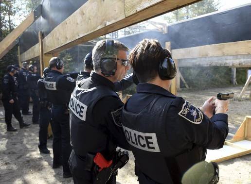 Les policiers de la Sécurité publique de Saguenay qui prenaient part à l'exercice de mercredi n'ont jamais eu à utiliser leur arme et souhaitent ne jamais avoir à le faire. Sur la photo, l'instructeur Éric Tremblay discute avec la policière Sophie Tremblay, qui compte 19 années d'expérience à la SPS. (Photo Le Progrès-Dimanche, Rocket Lavoie)