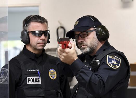 Le sergent Carl D. Tremblay reçoit les conseils de l'instructeur de tir Éric Tremblay. L'appareil qu'il tient entre ses mains n'est pas un vrai pistolet, mais dans quelques minutes, il aura la cible dans sa mire avec l'arme qu'il porte sur lui en tout temps, un Glock 17 de calibre 9 mm. (Photo Le Progrès-Dimanche, Rocket Lavoie)