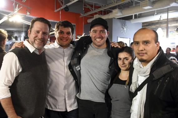 Le coordonnateur de Saguenay en Bouffe, Charles Boudreault, accompagne les chefs invités Stéphane Modat, Stefano Faita, Aicia Colacci et Mario Navarete. (Photo Le Quotidien, Rocket Lavoie)