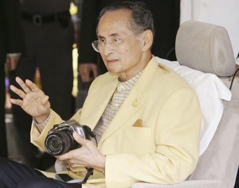 Le roi Bhumibol est connu pour être en grand amateur de photographies, étant souvent vu lors d'événements officiels muni lui-même d'un appareil-photo. (photo Sakchai Lalit, archives AP)