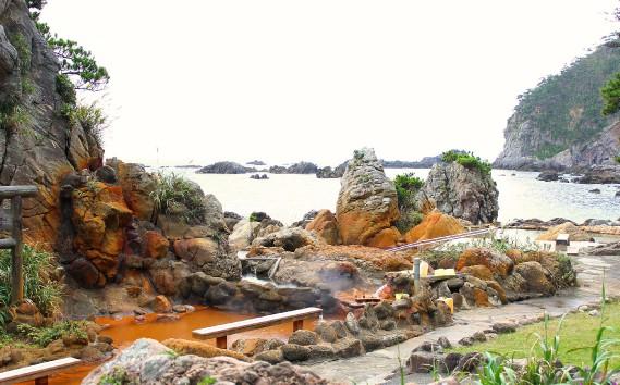 Visite d'un<i>onsen</i>, bain thermal japonais qui s'élèveen pleine nature. (Crédit photo: Sarah-Émilie Nault)
