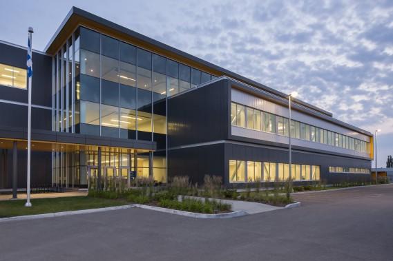 Dans la catégorie Construction neuve, le centre de traitement massif de Revenu Québec au 1165, boulevard Wilfrid-Hamel, dans l'arrondissement des Rivières (Photo fournie par les Mérites d'architecture)
