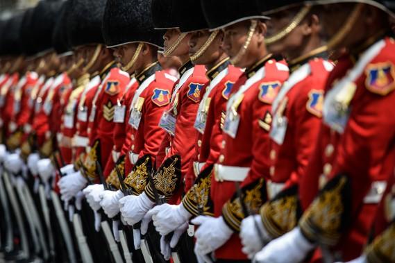 La Garde royale thaïlandaise se tient en formation à la mémoire du roi Bhumibol, à Bangkok, le 14 octobre. (photo LILLIAN SUWANRUMPHA, AFP)