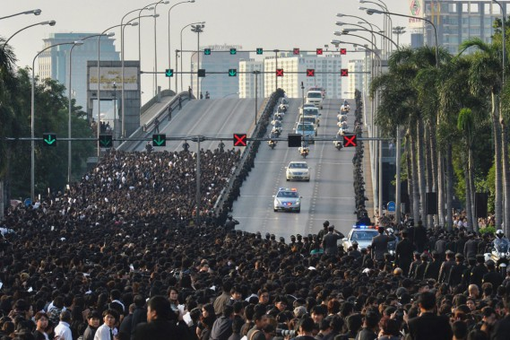 Des milliers de Thaïlandais se sont massés dans les rues de Bangkok pour avoir la chance de voir passer le convoi menant la dépouille du roi Bhumibol, décédé à l'âge de 88 ans, au Grand Palais. (photo MUNIR UZ ZAMAN, AFP)
