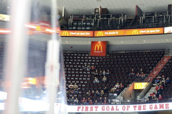 Une foule annoncée de 11 061 spectateurs pour le troisième match des sénateurs à domicile. (Patrick Woodbury, LeDroit)