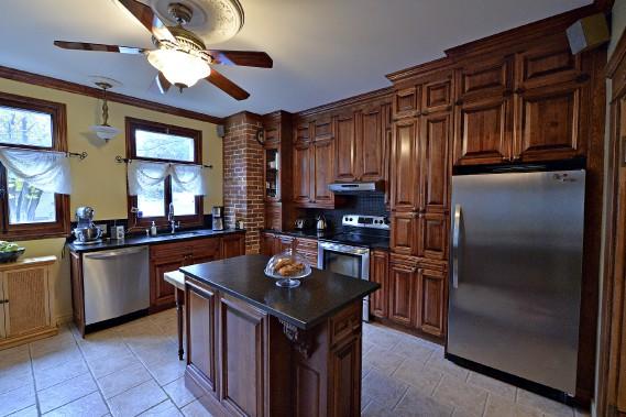 La cuisine était telle quelle au moment de l'achat, exception faite des comptoirs de granit, d'une section d'armoires et d'un second frigo (pas visibles sur la photo) qui ont été ajoutés. (Le Soleil, Patrice Laroche)