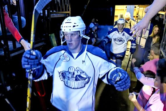 Les joueurs reçoivent des encouragements des fans avant de sauter sur la glace. (PATRICK WOODBURY, LeDroit)