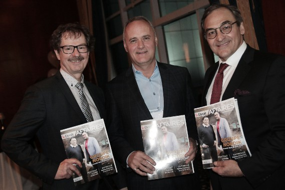 Tous fiers de tenir le nouveau magazine dans leurs mains: le président de la Chambre de commerce de Gatineau, Jean-Claude Des Rosiers, ainsi que le président-éditeur du <em>Droit</em>, Pierre-Paul Noreau, et le propriétaire de GCM, Martin Cauchon. (Etienne Ranger, LeDroit)