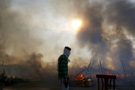 Plusieurs résidants de la jungle, en grande majorité des réfugiés afghans, érythréens et soudanais carassaient le rêve de gagner la Grande-Bretagne, de l'autre côté de La Manche. (photo Pascal Rossignol, REUTERS)