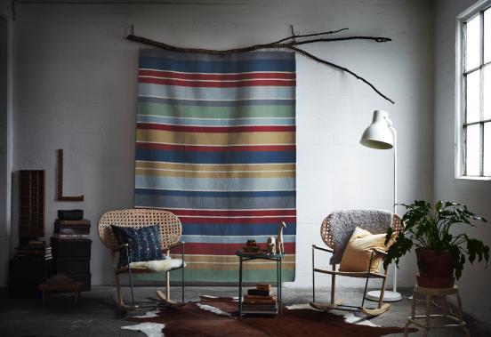 Parmi les nouveautés IKEA d'octobre, ce tapis pure laine vierge RAVNSÖ de la designer Synnöve Mork est suspendu à une branche. (Photo fournie par IKEA Canada)