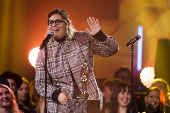 L'auteure-compositrice-interprète originaire de Québec Safia Nolin, qui a accepté le Félix de la vidéo de l'année pour sa pièce<i>Noël partout</i>. (La Presse, Olivier Jean)