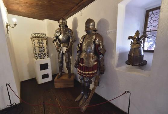 Des armures sont exposées dans le château de Bran. (AFP, Daniel Mihailescu)