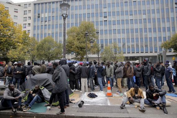 Alors que vient d'être démantelée la «Jungle» de Calais, dans le nord de la France,des campements de fortune des exilés se multiplient de façon inquiétantedans le XIXe arrondissement de Paris. (AP, Christophe Ena)