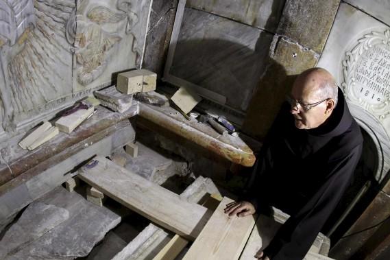 C'est la première fois que la pierre tombale est soulevée depuis au moins l'année 1810, lorsque de précédents travaux de restauration avaient été entrepris après un incendie, indique le père Samuel Aghovan, le supérieur de l'église arménienne.«C'est émouvant car c'est quelque chose dont nous parlons depuis des siècles», dit-il. (AFP)