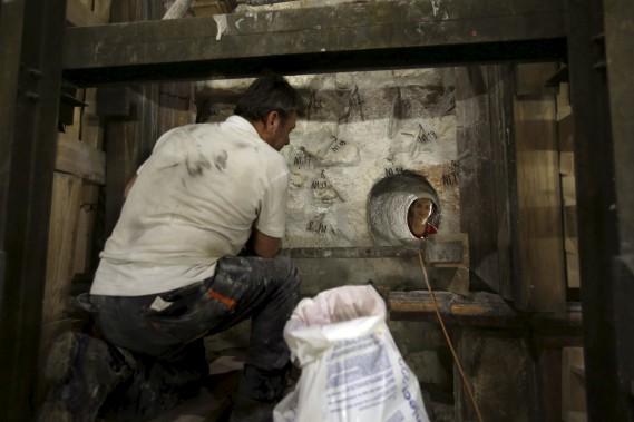 Selon la tradition chrétienne, le corps de Jésus a été posé dans un lit funéraire taillé dans le roc à la suite de sa crucifixion. Les chrétiens croient que le Christ a ressuscité trois jours après son enterrement. (AFP)
