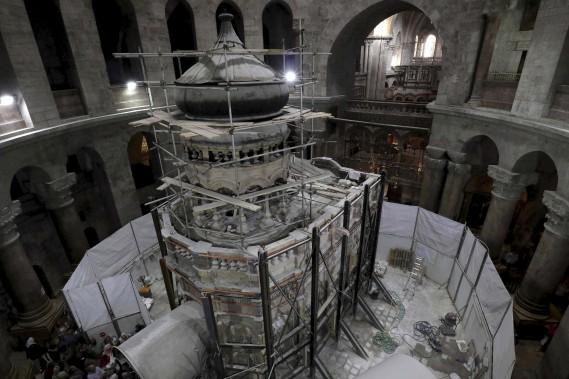 Le projet de restauration dans l'église du Saint-Sépulcre, le site le plus sacré du christianisme, a débuté en mai. Des échafaudages ont été montés autour du site, ainsi que des panneaux de protection tandis qu'une structure métallique a été apposée devant l'entrée du tombeau pour protéger les touristes. (AFP)