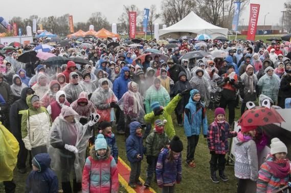 Les bénévoles de la Grande marche de Saguenay ont distribué des ponchos aux marcheurs. (Photo le Progrès-Dimanche, Michel Tremblay)