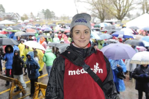 La Dre <span>Marie-Andrée Savard</span>, médecin de famille et présidente de la Grande Marche Lac-Saint-Jean, était satisfaite de voir combien de personnes ont bravé la météo. (Photo Le Progrès-Dimanche, Gimmy Desbiens)