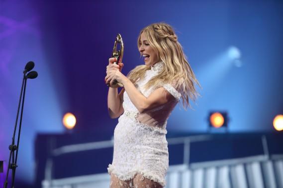 Marie-Mai a remporté le prix de l'interprète féminine de l'année. L'artiste, qui est enceinte, en a profité pour remercier son conjoint, le directeur musical David Laflèche. (La Presse, Martin Chamberland)