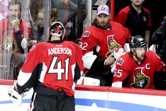 Chris Driedger au banc porte la casquette des Sénateurs version «Le hockey pour vaincre le cancer», devant Craig Anderson. (Patrick Woodbury, LeDroit)