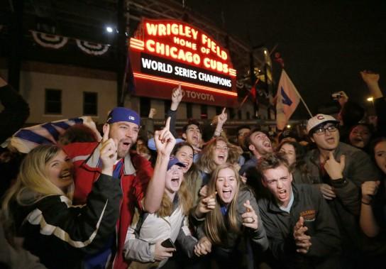 Après avoir souffert pendant 108 ans, les partisans des Cubs de Chicago ont finalement pu célébrer un autre triomphe de leur équipe en Série mondiale, mercredi soir. (Photo Charles Rex Arbogast, AP)