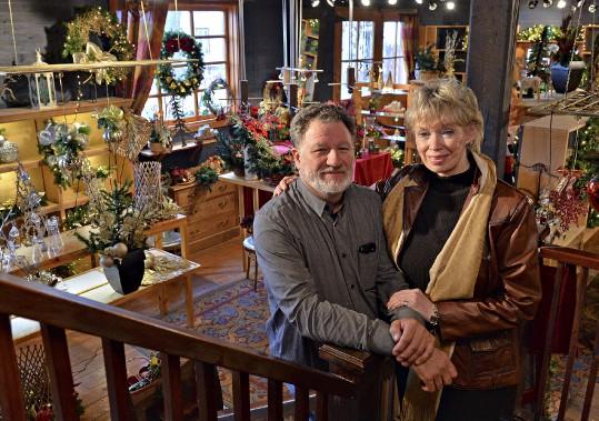 Le lendemain de l'Halloween, Mario Bourdages et Élizabeth Paquet ont métamorphosé leur galerie d'art en boutique de Noël. (Le Soleil, Patrice Laroche)