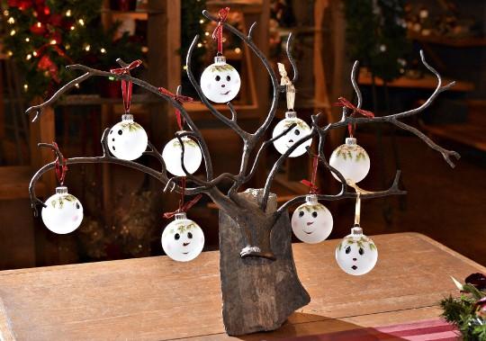 L'artiste du verre Johanne Thomassin fabrique des boules de Noël. Elle sera présente à quelques occasions dans la boutique. (Le Soleil, Patrice Laroche)