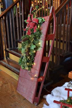 Un traîneau ancien sert de base à cette décoration classique. (Le Soleil, Patrice Laroche)