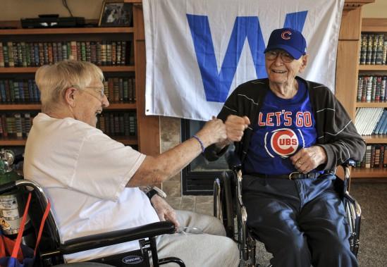 Ray Styrlund, à droite, 105 ans, célébrait jeudi midi avec Eleanor Dumolien, 89 ans. Si le premier est allé au lit après que les Cubs eurent bousillé leur avance en huitième, la seconde trop excitée par la victoire de Chicago, n'avait pas encore fermé l'oeil. (AP)