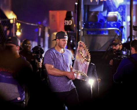 Le premier-but des Cubs, Anthony Rizzo, à son arrivée au Wrigley Field, tôt jeudi, avec le Trophée du commissaire remis au champion de la Série mondiale. (AP)
