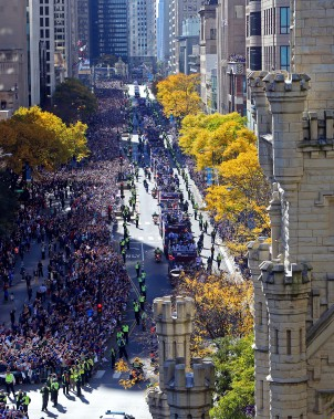 Une vue aérienne de la foule massée sur Michigan Avenue pour assister au défilé. (Photo Jerry Lai, USA Today Sports)